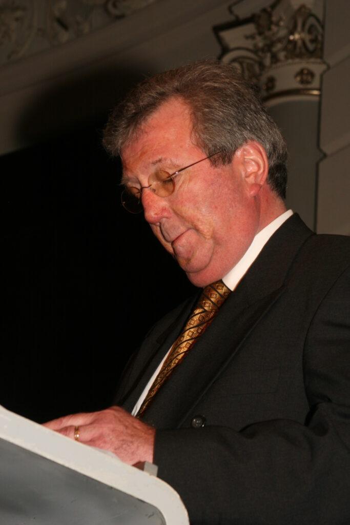 John Overbeke spreekt dankwoord uit bij ontvangen van Donderspenning, bij 150-jarig jubilem NTvG in Concertgebouw Amsterdam, 6 januari 2007