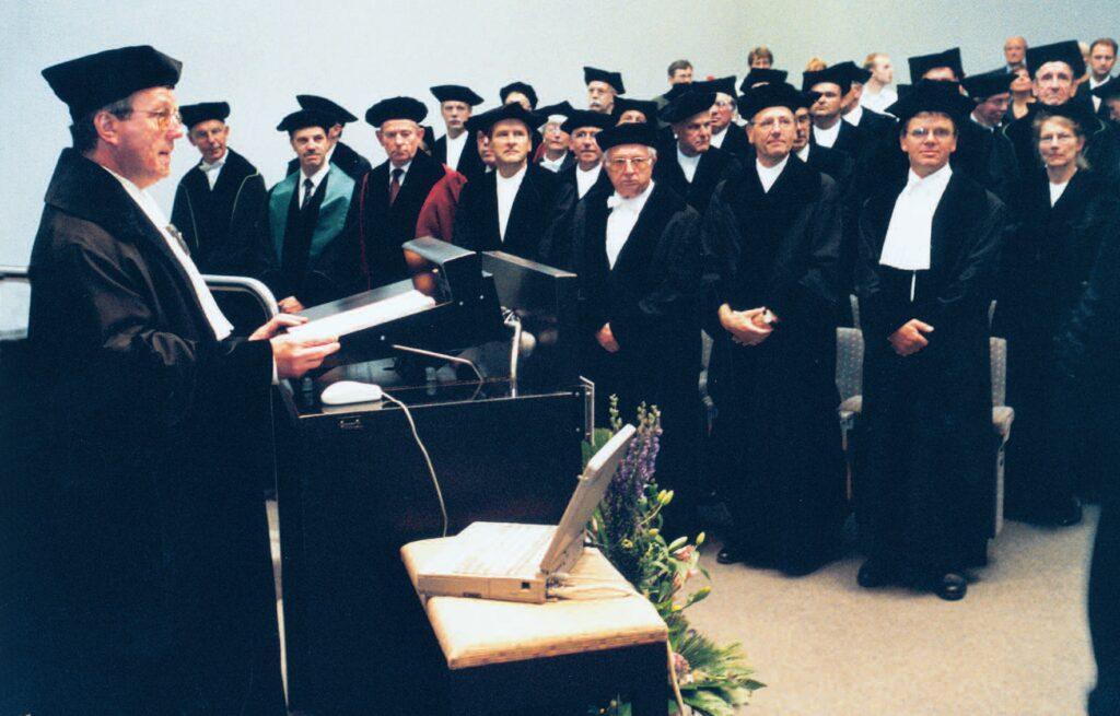 John.Overbeke bij het aanvaarden van de bijzondere leerstoel aan de Katholieke Universiteit Nijmegen. (Foto uit De derde vijftig, jubileumuitgave NTvG.)